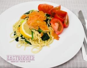 Saumon fumé avec spaghettis et épinardsy espinacas