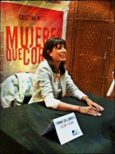 Cristina Mitre lors de la signature de son livre.