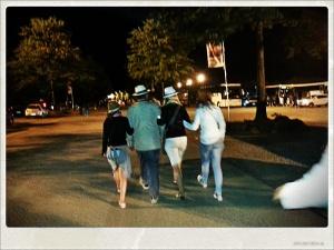 Mon père, ma soeur, mes nièces à la sortie du spectacle de cinéscénie au Puy du Fou.