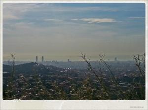 Vue sur Barcelone depuis la Cartera de les Aigües. Tour Mapfre et Tour de l'hôtel Arts